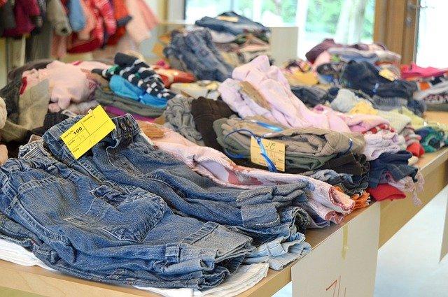 oblečenie v obchode.jpg
