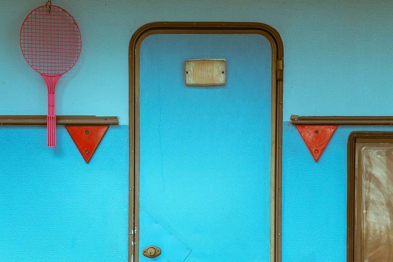 Tyrkysové dvere na tyrkysovej stene.jpg